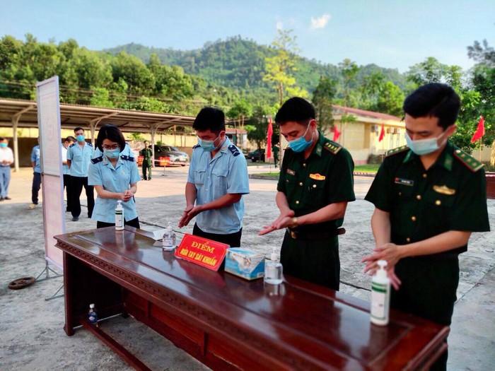 Bộ đội biên phòng cả nước gửi trọn niềm tin qua mỗi lá phiếu ở các điểm bầu cử biên giới - Ảnh 5.