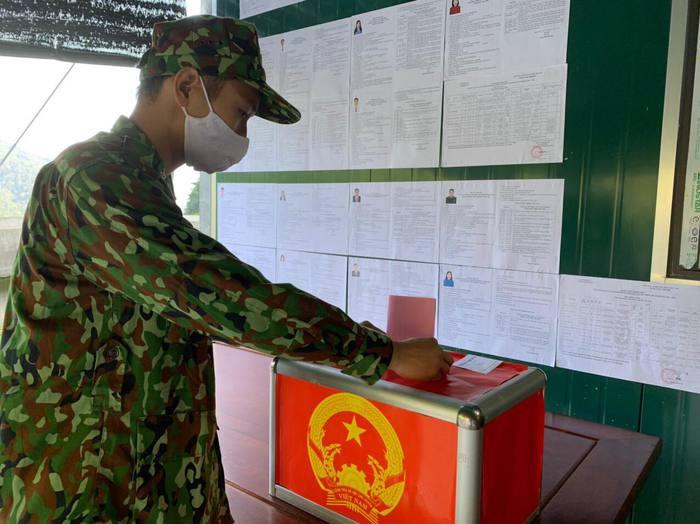 Bộ đội biên phòng cả nước gửi trọn niềm tin qua mỗi lá phiếu ở các điểm bầu cử biên giới - Ảnh 7.