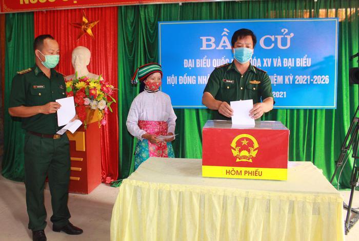 Bộ đội biên phòng cả nước gửi trọn niềm tin qua mỗi lá phiếu ở các điểm bầu cử biên giới - Ảnh 2.