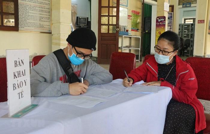 Nữ nhân viên Trạm Y tế xã bị phạt do không tiếp nhận khai báo của người dân về từ vùng dịch - Ảnh 1.