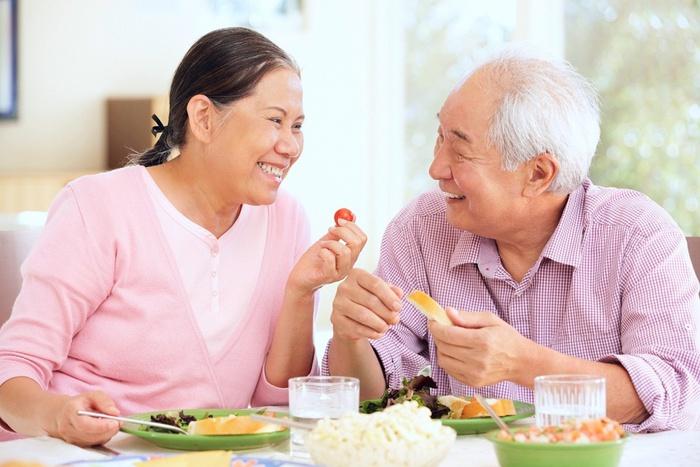 Tăng cường đề kháng cho người cao tuổi trong mùa dịch - Ảnh 1.