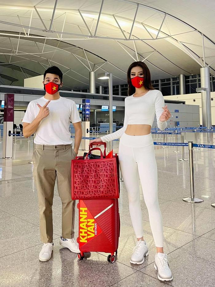 Khánh Vân liên tục thay trang phục trên đường bay đến Mỹ thi Hoa hậu Hoàn vũ - Ảnh 3.