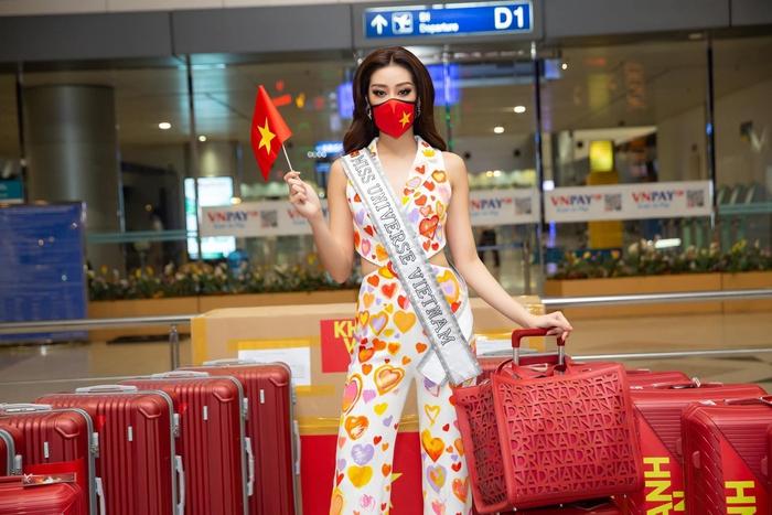 Khánh Vân liên tục thay trang phục trên đường bay đến Mỹ thi Hoa hậu Hoàn vũ - Ảnh 1.
