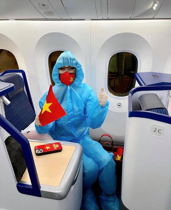 Khánh Vân liên tục thay trang phục trên đường bay đến Mỹ thi Hoa hậu Hoàn vũ - Ảnh 4.