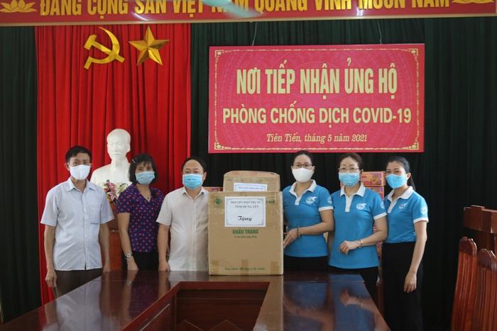 Phụ nữ Hưng Yên tặng 110 thùng mì tôm, gần 10.000 khẩu trang phòng chống dịch Covid-19 - Ảnh 1.