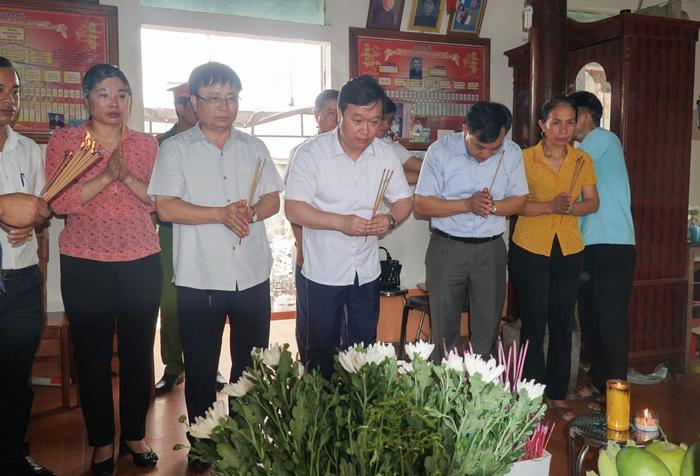 Chủ tịch UBND tỉnh Nghệ An thăm hỏi gia đình nam sinh viên quên mình cứu bạn ở Thừa Thiên Huế - Ảnh 1.