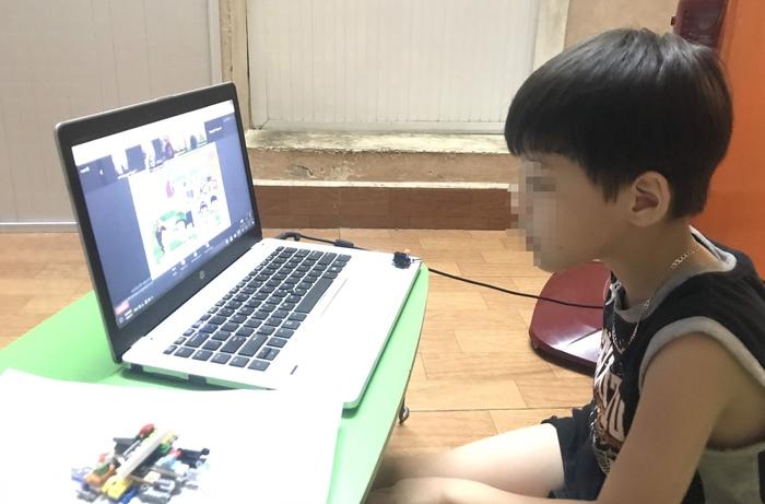 Mẹ ức chế khi loay hoay cả buổi cho con học online - Ảnh 1.
