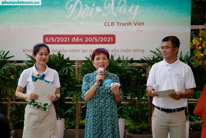 GS.TS. Phan Thu Hiền chia sẻ tại buổi triễn lãm