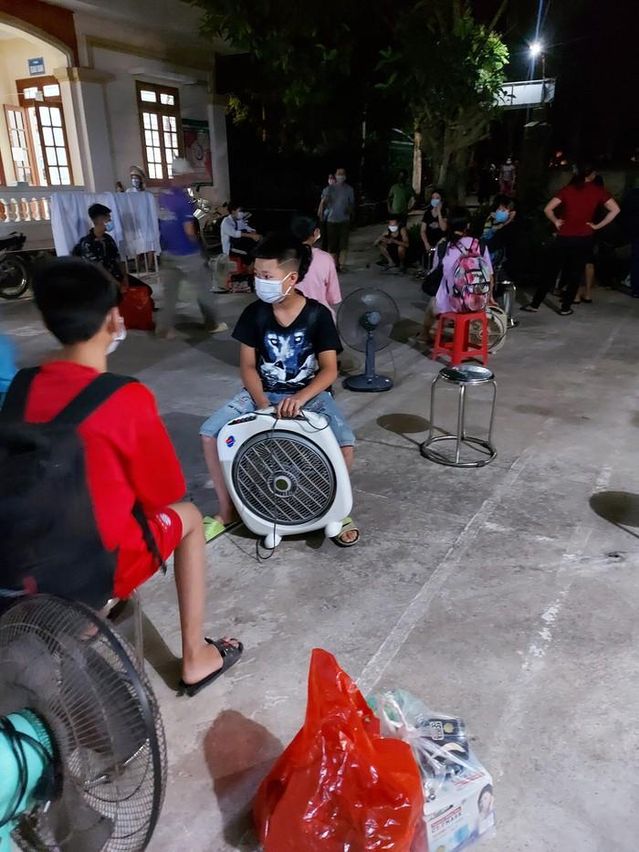 Hưng Yên: 41 học sinh và 3 giáo viên là F1 của nữ sinh lớp 7 mắc Covid-19 ở xã Tân Châu - Ảnh 4.