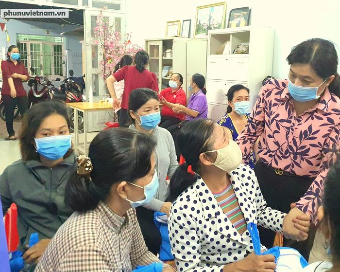 TPHCM: 80 phần quà đến với nữ công nhân khó khăn - Ảnh 1.