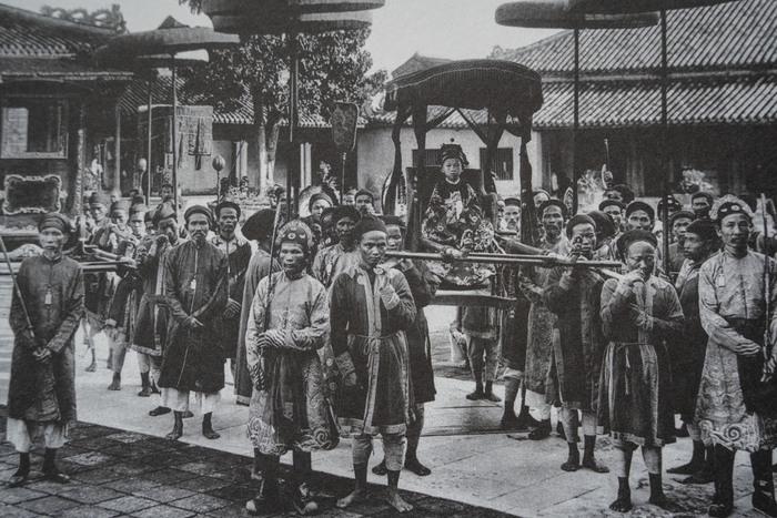 Trẻ em các vùng miền Việt Nam cách nay hơn 100 năm - Ảnh 2.