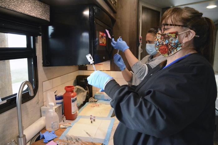 Hoa Kỳ: 98% dân số của bộ tộc Blackfeet đã được tiêm vaccine ngừa Covid-19 - Ảnh 2.