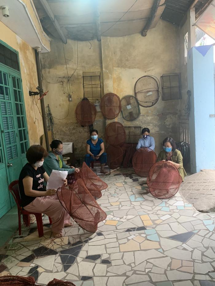 Giúp phụ nữ giảm nghèo từ nghề đan lưới xuất khẩu - Ảnh 2.
