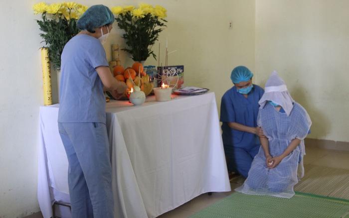 Mẹ mất ở tuổi ngoài 50, nữ điều dưỡng quê Nam Định đành chịu tang trong khu cách ly
