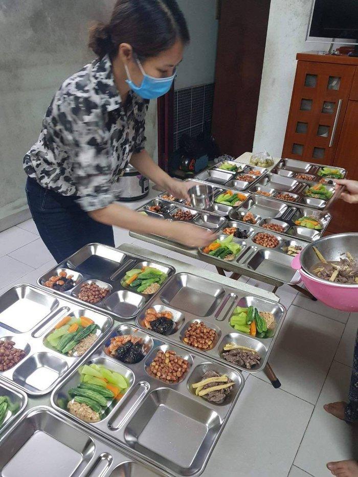 Các món ăn được bày vào khay để mang đến cho các y bác sĩ