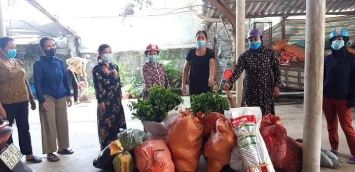 Sau hơn 2 giờ phát động, hàng tạ rau củ quả, lương thực đã được bà con, chị em mang đến quyên góp, ủng hộ.