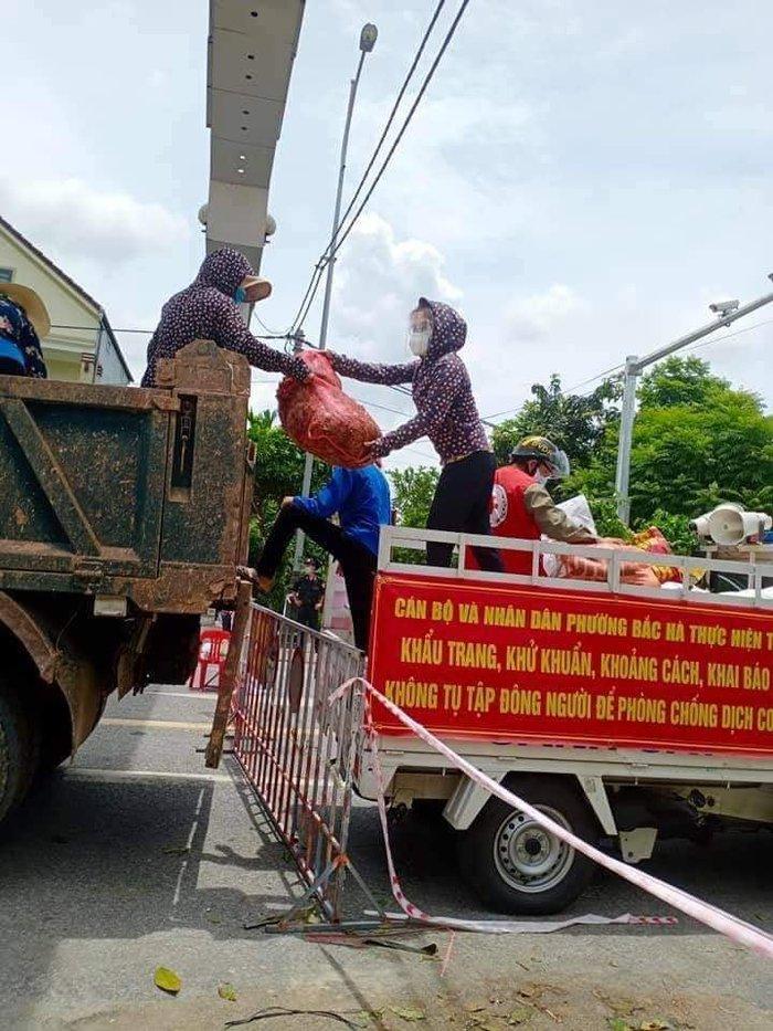 Bên ngoài khu cách ly, những tấm lòng của chị em, bà con phụ nữ xã Hà Linh đã nhanh chóng chuyển đến cho lực lượng đang bị phong tỏa tại phường Bắc Hà (TP. Hà Tĩnh).