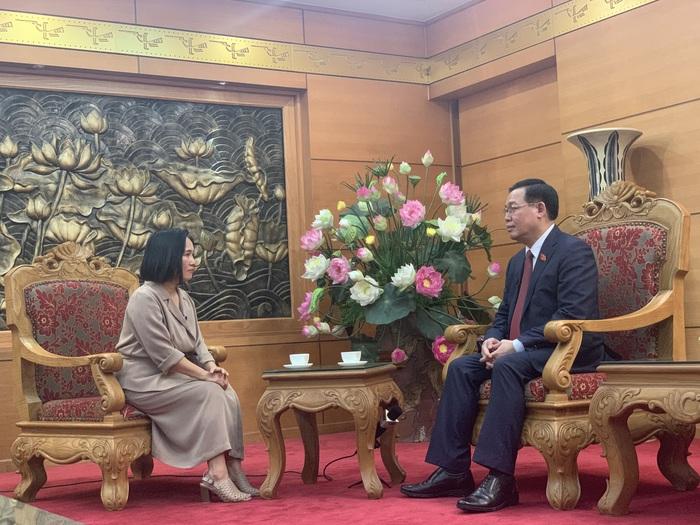 Nhà báo Tạ Bích Loan phỏng vấn Chủ tịch Quốc hội Vương Đình Huệ trong chương trình
