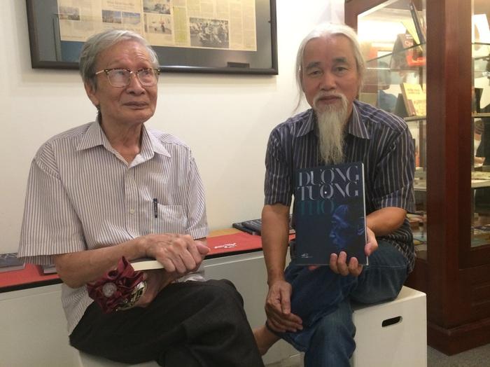 Nhà phê bình văn học Phạm Xuân Nguyên cùng nhà văn Nguyễn Xuân Khánh