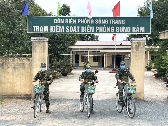 Xe đạp theo nhịp bước tuần tra biên giới  - Ảnh 1.