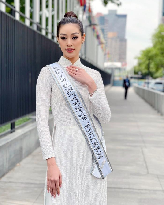 Khánh Vân rạng ngời cùng áo dài trắng trên đường phố New York - Ảnh 6.