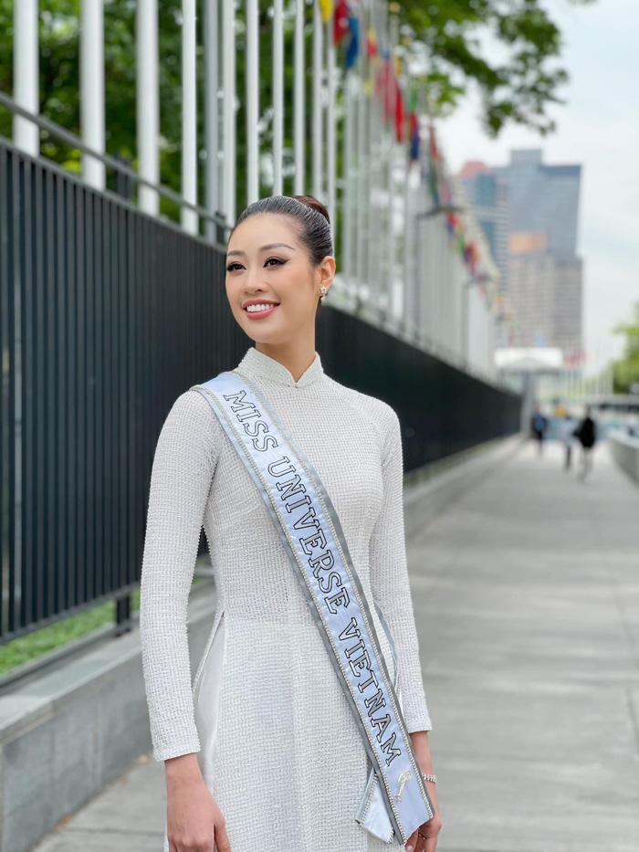 Khánh Vân rạng ngời cùng áo dài trắng trên đường phố New York - Ảnh 3.
