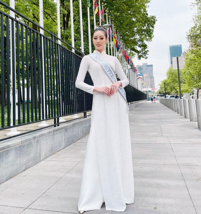 Khánh Vân rạng ngời cùng áo dài trắng trên đường phố New York - Ảnh 4.