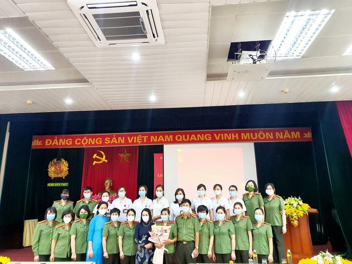 """""""Áo chống sốc nhiệt"""" của bệnh viện Y học cổ truyền nhận bằng khen của Hội LHPN Việt Nam  - Ảnh 2."""