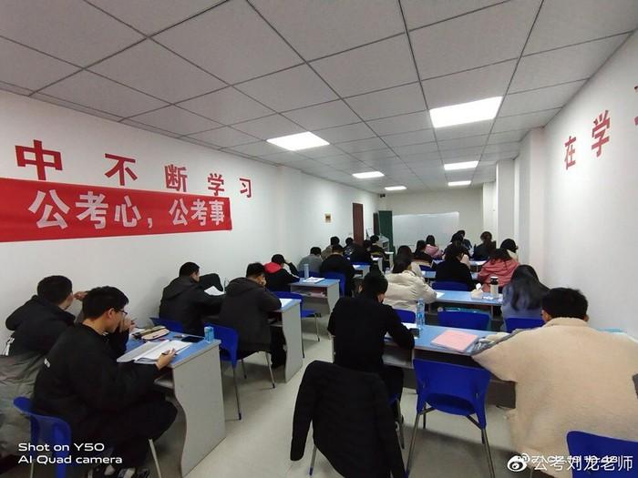 Trung Quốc: Cha mẹ, học sinh áp lực vì muốn vào trường tốt - Ảnh 1.