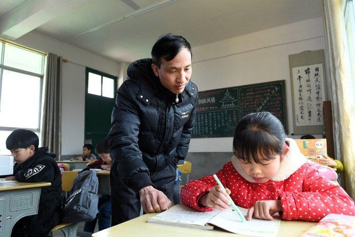 Trung Quốc: Cha mẹ, học sinh áp lực vì muốn vào trường tốt - Ảnh 2.