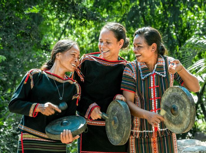 Thành viên trong gia đình dân tộc M' Nông ở huyện Lăk- Đăk Lăk vui cùng nhịp chiêng trong ngày lễ truyền thống - Ảnh: Ninh Tôn
