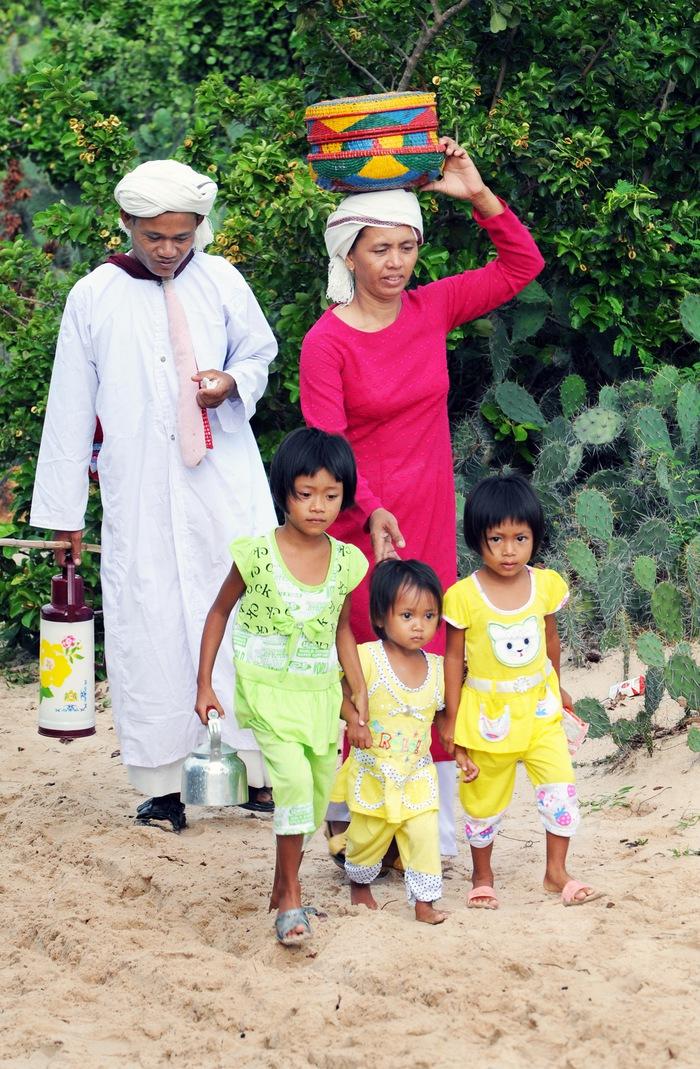 Một gia đình người Chăm ở Phan Rí (Bình Thuận) trên đường đi lễ tảo mộ, một phần quan trọng của Tết Ramưwan, là truyền thống tín ngưỡng cổ của cư dân người Chăm - Ảnh: Thế Phong