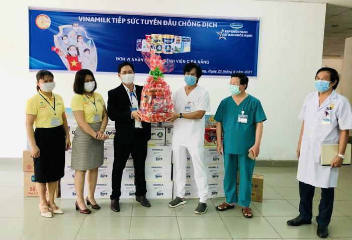 Vinamilk trao tặng món quà sức khỏe đến cán bộ y tế tuyến đầu và gia đình nhân ngày Gia đình Việt Nam - Ảnh 1.