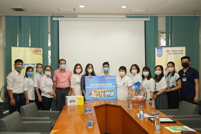 Vinamilk trao tặng món quà sức khỏe đến cán bộ y tế tuyến đầu và gia đình nhân ngày Gia đình Việt Nam - Ảnh 2.