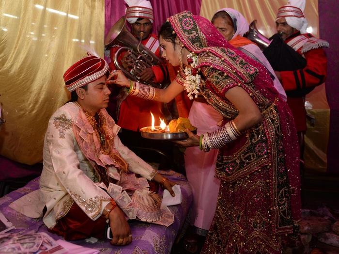 """Ấn Độ: """"trao duyên"""" cho em gái vì chị đột ngột mất trong lễ cưới - Ảnh 2."""