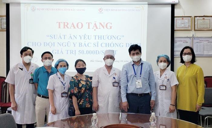 Các đầu bếp Hà Nội gửi suất ăn yêu thương đến y, bác sĩ tuyến đầu chống dịch - Ảnh 2.