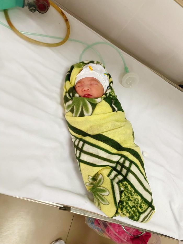 Em bé sinh ra trong khu điều trị Covid-19 nặng - Ảnh 1.