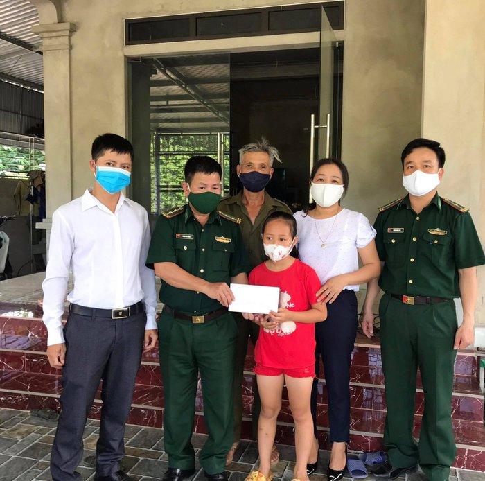 Bộ đội biên phòng Cầu Treo tặng quà động viên trẻ em nghèo chuẩn bị vào năm học mới   - Ảnh 2.