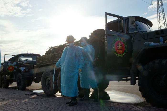 Các chiến sĩ chuẩn bị trang phục bảo hộ chuẩn bị xuất phát vào lúc 7h sáng ngày 18-7