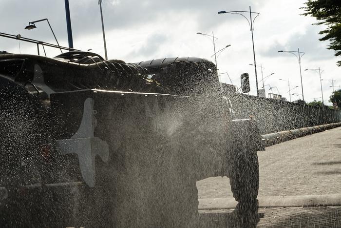 Tất cả các tuyến đường lớn và khu dân cư, khu phong tỏa tại Bình Tân đều  được lực lượng phun hóa chất  khử khuẩn