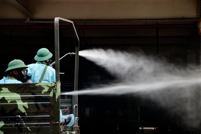Lực lượng phun khử khuẩn làm việc liên tục suốt buổi sáng ngày 18-7