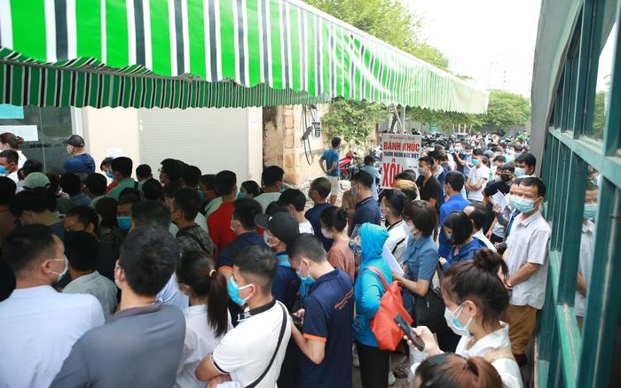 Hà Nội: Hàng trăm người chen chân chờ xét nghiệm Covid-19, nhân viên bảo vệ bất lực