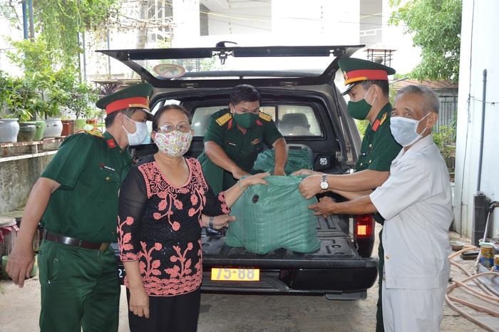 Quảng Ngãi: Vợ chồng cựu chiến binh ủng hộ 500 lít nước mắm  - Ảnh 1.