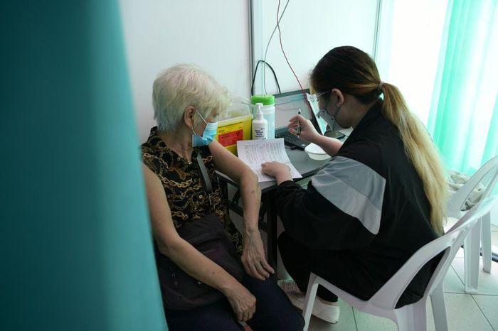 Singapore đẩy nhanh công tác tiêm chủng cho nhóm người cao tuổi - Ảnh 1.