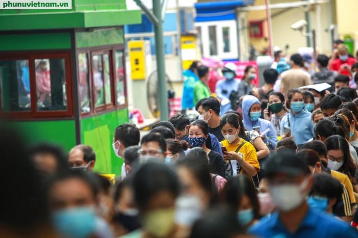 Ảnh: Hàng trăm người chen chân đến Bệnh viện E chờ tiêm phòng vaccine COVID-19 - Ảnh 2.