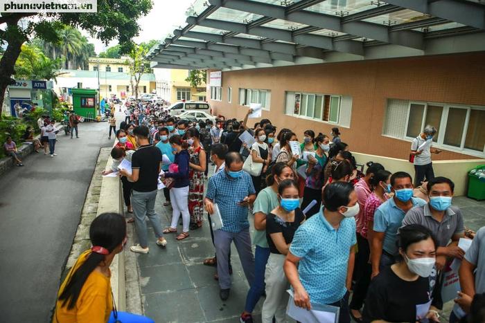 Ảnh: Hàng trăm người chen chân đến Bệnh viện E chờ tiêm phòng vaccine COVID-19 - Ảnh 3.