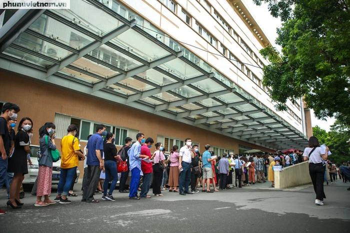 Ảnh: Hàng trăm người chen chân đến Bệnh viện E chờ tiêm phòng vaccine COVID-19 - Ảnh 5.