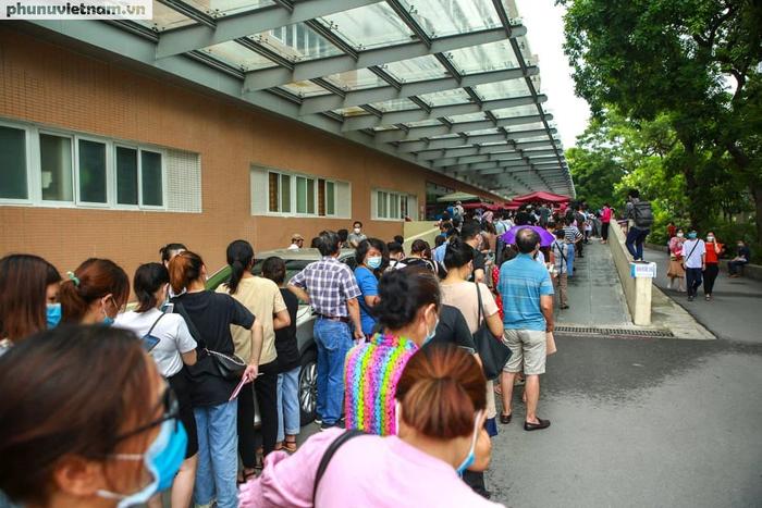Ảnh: Hàng trăm người chen chân đến Bệnh viện E chờ tiêm phòng vaccine COVID-19 - Ảnh 6.