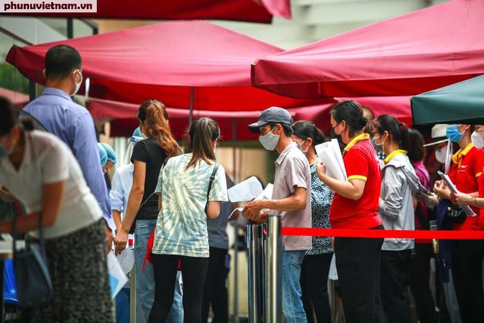 Ảnh: Hàng trăm người chen chân đến Bệnh viện E chờ tiêm phòng vaccine COVID-19 - Ảnh 7.