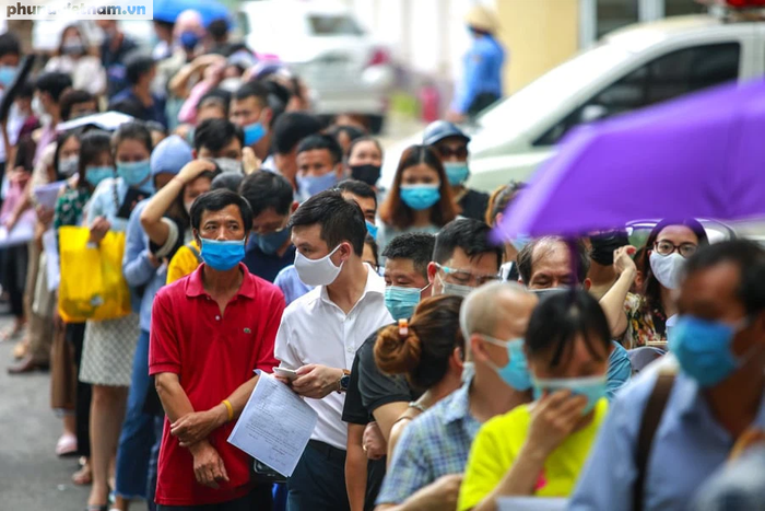Ảnh: Hàng trăm người chen chân đến Bệnh viện E chờ tiêm phòng vaccine COVID-19 - Ảnh 8.